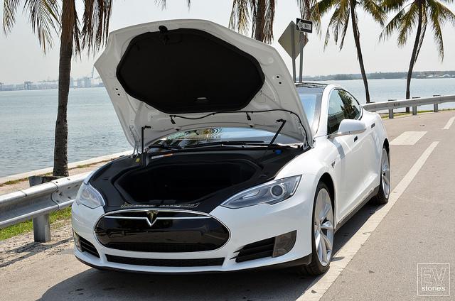 """Bild 15: ...und die gähnende Leere unter der Fronthaube des Tesla Model S, auch """"Frunk"""" genannt (kurz für Front Trunk): die Knautschzone ist so groß wie sonst nur bei Fahrzeugen mit Heckmotor."""