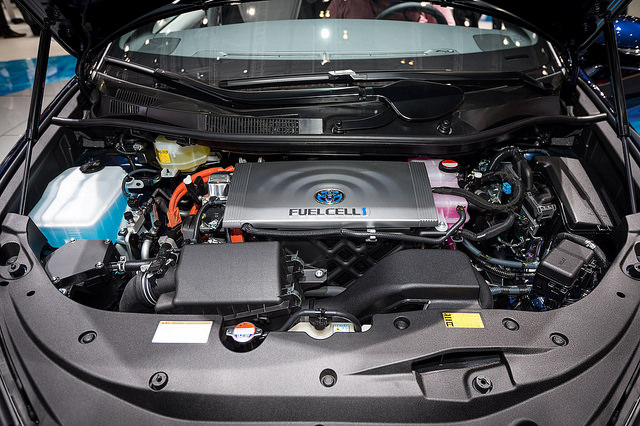 Bild 14: Blick unter die Fronthaube des Toyota Mirai....