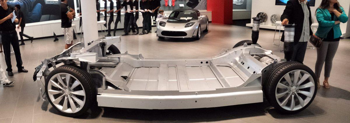Bild 13: Chassis, Batterie und Antriebseinheit des Tesla Model S.
