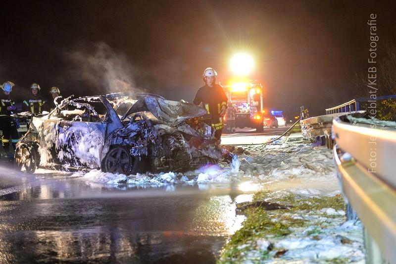 Bild 16: Ausgebranntes Fahrzeug mit Verbrennungsmotor bei einem Verkehrsunfall in Deutschland, 2015. (Quelle: keb_fotografie)